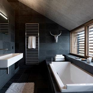 Immagine di una stanza da bagno contemporanea con lavabo sospeso e piastrelle in ardesia
