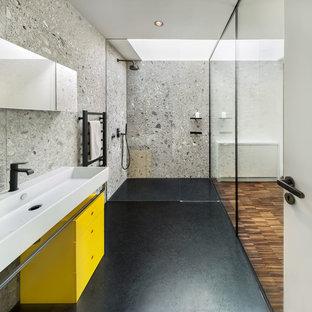 Idee per una stanza da bagno contemporanea con ante lisce, ante gialle, doccia a filo pavimento e lavabo rettangolare