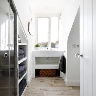 Ejemplo de cuarto de baño principal, contemporáneo, pequeño, con puertas de armario blancas, paredes blancas, suelo de baldosas de cerámica, encimera de laminado, suelo beige, ducha con puerta corredera, armarios abiertos, ducha esquinera, sanitario de dos piezas y lavabo tipo consola