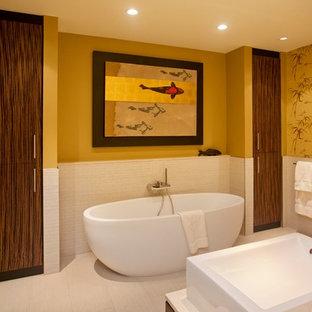 Foto de cuarto de baño principal, de estilo zen, grande, con bañera exenta, baldosas y/o azulejos blancos, paredes amarillas, suelo de baldosas de porcelana, lavabo sobreencimera y suelo blanco