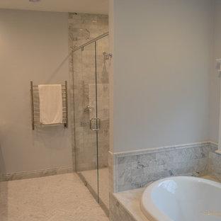 Стильный дизайн: главная ванная комната среднего размера в современном стиле с врезной раковиной, фасадами с утопленной филенкой, черными фасадами, мраморной столешницей, гидромассажной ванной, двойным душем, раздельным унитазом, серой плиткой, плиткой кабанчик и мраморным полом - последний тренд