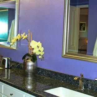 ハワイの小さいモダンスタイルのおしゃれなマスターバスルーム (家具調キャビネット、淡色木目調キャビネット、珪岩の洗面台、紫の壁) の写真