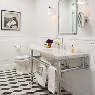 Inspiration för ett mellanstort vintage vit vitt en-suite badrum, med ett undermonterad handfat, marmorbänkskiva, en dusch i en alkov, en toalettstol med separat cisternkåpa, cementkakel, vita väggar, flerfärgat golv och cementgolv