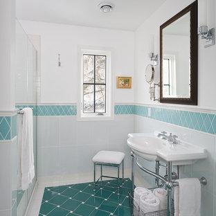 ミネアポリスの小さいトラディショナルスタイルのおしゃれなマスターバスルーム (コンソール型シンク、青いタイル、磁器タイル、白い壁、セラミックタイルの床、ターコイズの床) の写真
