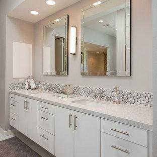 Großes Modernes Badezimmer En Suite mit flächenbündigen Schrankfronten, weißen Schränken, freistehender Badewanne, offener Dusche, Toilette mit Aufsatzspülkasten, grünen Fliesen, Keramikfliesen, grauer Wandfarbe, Porzellan-Bodenfliesen, Unterbauwaschbecken, Recyclingglas-Waschtisch, weißem Boden, offener Dusche und bunter Waschtischplatte in Los Angeles