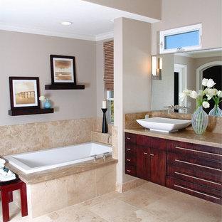 Ispirazione per una stanza da bagno contemporanea con lavabo a bacinella e piastrelle in travertino