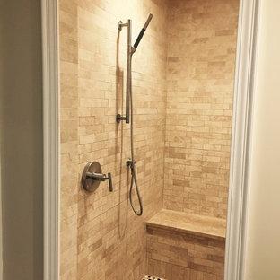 Ispirazione per una stanza da bagno padronale tradizionale di medie dimensioni con zona vasca/doccia separata, piastrelle beige, piastrelle in pietra, pareti beige, pavimento con piastrelle a mosaico, pavimento multicolore e doccia aperta