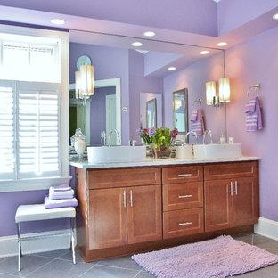 Modernes Badezimmer mit lila Wandfarbe in Washington, D.C.