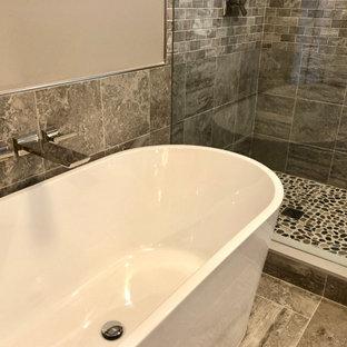 На фото: маленькая детская ванная комната в стиле современная классика с фасадами в стиле шейкер, серыми фасадами, ванной в нише, душем над ванной, раздельным унитазом, бежевой плиткой, керамогранитной плиткой, синими стенами, полом из керамогранита, врезной раковиной, столешницей из искусственного кварца, разноцветным полом, шторкой для душа, серой столешницей, тумбой под одну раковину, напольной тумбой и панелями на стенах с