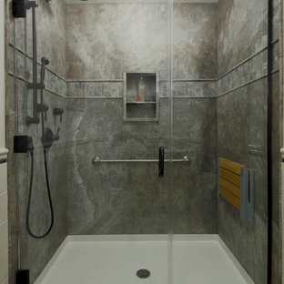 ポートランドの中くらいのトラディショナルスタイルのおしゃれなバスルーム (浴槽なし) (バリアフリー、石スラブタイル、クッションフロア、ペデスタルシンク、グレーのタイル、グレーの壁、ベージュの床、開き戸のシャワー) の写真