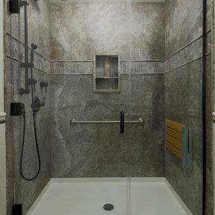 ポートランドの中サイズのトラディショナルスタイルのおしゃれなバスルーム (浴槽なし) (段差なし、石スラブタイル、クッションフロア、ペデスタルシンク、グレーのタイル、グレーの壁、ベージュの床、開き戸のシャワー) の写真