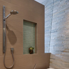 Bathroom by McElroy Architecture, AIA