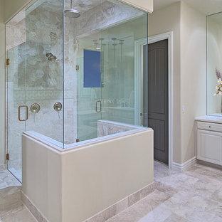 Imagen de cuarto de baño principal, tradicional, grande, con armarios con paneles empotrados, puertas de armario blancas, jacuzzi, ducha esquinera, sanitario de una pieza, baldosas y/o azulejos beige, baldosas y/o azulejos de porcelana, paredes beige, suelo vinílico, lavabo encastrado y encimera de esteatita