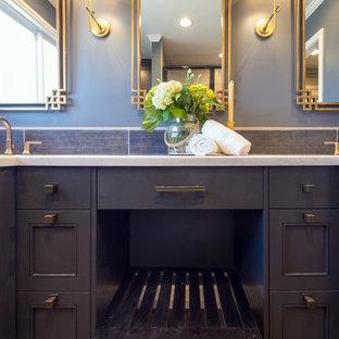 Ispirazione per una stanza da bagno con doccia di medie dimensioni con ante di vetro, ante blu, piastrelle blu, pareti blu, pavimento in legno massello medio, lavabo sottopiano, top in quarzo composito, pavimento marrone, porta doccia a battente e top bianco