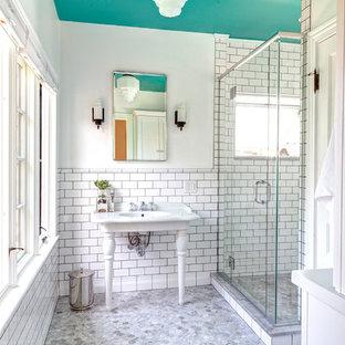 Foto di una piccola stanza da bagno padronale tradizionale con lavabo a consolle, piastrelle bianche, piastrelle diamantate e pavimento in marmo
