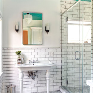 Idéer för ett litet klassiskt en-suite badrum, med ett konsol handfat, vit kakel, tunnelbanekakel, marmorgolv, en dusch i en alkov och vita väggar