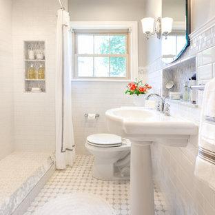 Aménagement d'une petit salle d'eau classique avec un lavabo de ferme, un plan de toilette en marbre, un WC à poser, un carrelage blanc, carrelage en mosaïque, un mur gris, un sol en carrelage de terre cuite, une douche ouverte, une cabine de douche avec un rideau, un sol blanc, un placard à porte vitrée et des portes de placard blanches.