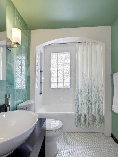 Salle de bain avec un carrelage vert et un carrelage en p te de verre photo - Carrelage pate de verre salle de bain ...