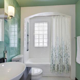 Kleines Klassisches Badezimmer mit Aufsatzwaschbecken, offenen Schränken, schwarzen Schränken, Waschtisch aus Holz, grünen Fliesen, Glasfliesen, Duschbadewanne, grüner Wandfarbe, Mosaik-Bodenfliesen, weißem Boden und schwarzer Waschtischplatte in Indianapolis