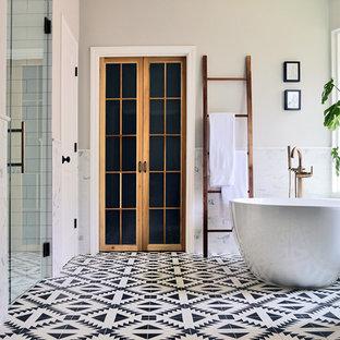 Esempio di una stanza da bagno padronale minimalista di medie dimensioni con ante lisce, ante grigie, vasca freestanding, doccia alcova, pistrelle in bianco e nero, piastrelle diamantate, pareti bianche, pavimento con piastrelle a mosaico, lavabo sottopiano, top in quarzite, pavimento bianco, porta doccia a battente, top bianco, nicchia, un lavabo e mobile bagno incassato