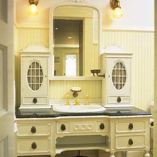 Inspiration för ett mellanstort vintage en-suite badrum, med marmorbänkskiva, möbel-liknande, vita skåp och gula väggar