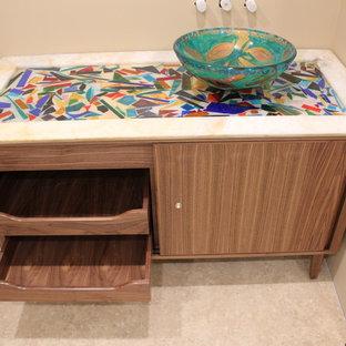 Foto de cuarto de baño con ducha, contemporáneo, de tamaño medio, con armarios tipo mueble, puertas de armario marrones, paredes beige, suelo de linóleo, lavabo sobreencimera, encimera de vidrio reciclado, suelo beige y encimeras multicolor