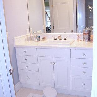 Idee per una stanza da bagno per bambini chic di medie dimensioni con lavabo da incasso, ante lisce, ante bianche, top piastrellato, vasca/doccia, piastrelle bianche, piastrelle in ceramica, pareti blu e pavimento in linoleum