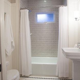 Kleines Klassisches Duschbad mit Badewanne in Nische, Duschbadewanne, Toilette mit Aufsatzspülkasten, grauen Fliesen, Metrofliesen, beiger Wandfarbe, Keramikboden, Sockelwaschbecken, weißem Boden und Duschvorhang-Duschabtrennung in San Francisco