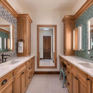 Großes Mediterranes Badezimmer En Suite mit Schrankfronten mit vertiefter Füllung, Schränken im Used-Look, farbigen Fliesen, Porzellanfliesen, weißer Wandfarbe, Porzellan-Bodenfliesen, Unterbauwaschbecken, Quarzit-Waschtisch, grauem Boden, weißer Waschtischplatte, Einzelwaschbecken und eingebautem Waschtisch in Orlando