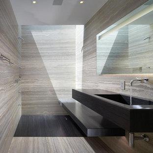 Aménagement d'une salle de bain contemporaine avec une douche à l'italienne et du carrelage en travertin.