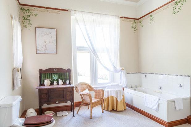 Классический Ванная комната by Derek Phillips Property Photography