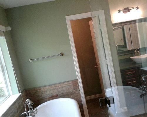 Salle de bain avec un placard avec porte panneau for Poser une cabine de douche d angle