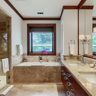 Esempio di una grande stanza da bagno padronale tradizionale con vasca ad alcova, ante lisce, ante marroni, piastrelle in travertino, pareti beige, pavimento in travertino, lavabo sottopiano, pavimento beige, porta doccia a battente e doccia alcova