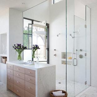 Foto de cuarto de baño principal, mediterráneo, grande, con armarios con paneles lisos, puertas de armario de madera oscura, ducha a ras de suelo, baldosas y/o azulejos blancos, paredes blancas y suelo de mármol