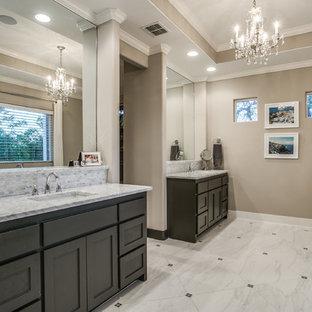 Imagen de cuarto de baño principal, contemporáneo, grande, con armarios con paneles empotrados, puertas de armario negras, bañera exenta, baldosas y/o azulejos grises, paredes marrones, suelo de piedra caliza, lavabo encastrado, encimera de cuarzo compacto, suelo gris y encimeras grises
