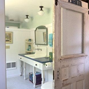 Ispirazione per una stanza da bagno chic con ante bianche, WC a due pezzi, pareti verdi e lavabo da incasso
