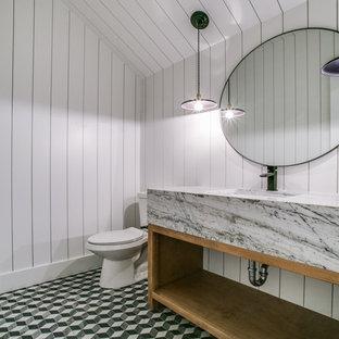 Ispirazione per una stanza da bagno country con nessun'anta, ante in legno chiaro, pareti bianche, pavimento con piastrelle a mosaico, lavabo sottopiano, top in marmo e pavimento verde