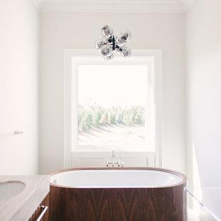 Idee per una stanza da bagno padronale contemporanea di medie dimensioni con consolle stile comò, ante blu, vasca giapponese, doccia alcova, piastrelle grigie, piastrelle in gres porcellanato, pareti bianche, pavimento in gres porcellanato, lavabo sottopiano, top in marmo, pavimento beige, porta doccia a battente e top bianco