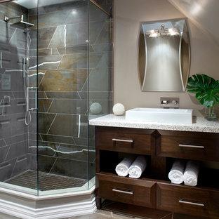 Foto de cuarto de baño con ducha, minimalista, de tamaño medio, con armarios con paneles lisos, puertas de armario de madera en tonos medios, encimera de terrazo, ducha esquinera, baldosas y/o azulejos grises, baldosas y/o azulejos de piedra, paredes beige, suelo de baldosas de porcelana y lavabo sobreencimera