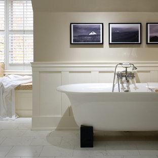 Foto di una grande stanza da bagno padronale tradizionale con vasca freestanding, piastrelle bianche, pareti beige e pavimento in gres porcellanato