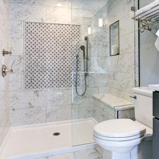 Inspiration för ett litet funkis vit vitt badrum med dusch, med skåp i shakerstil, grå skåp, en dusch i en alkov, en toalettstol med separat cisternkåpa, vit kakel, marmorkakel, vita väggar, marmorgolv, ett undermonterad handfat, bänkskiva i kvartsit, vitt golv och dusch med gångjärnsdörr