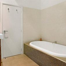 Contemporary Bathroom by DE atelier Architects