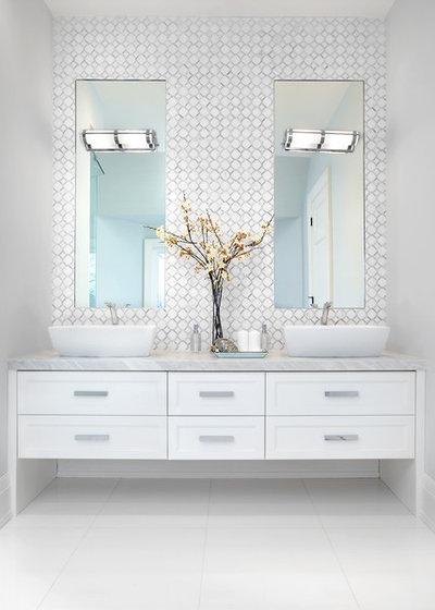Klassisch modern Badezimmer by Evelyn Eshun Design Inc.