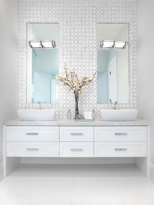 Salle de bain avec un placard avec porte panneau - Porte de placard salle de bain ...