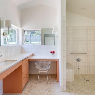 Стильный дизайн: ванная комната в стиле ретро с плоскими фасадами, оранжевыми фасадами, душем без бортиков, белой плиткой, белыми стенами, врезной раковиной, бежевым полом, открытым душем и белой столешницей - последний тренд