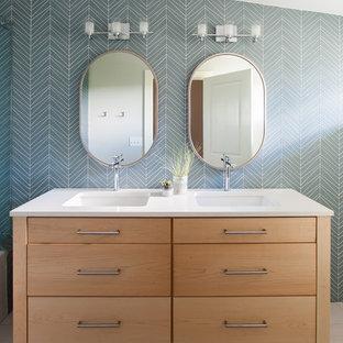 Kleines Klassisches Badezimmer mit hellen Holzschränken, Mineralwerkstoff-Waschtisch, Unterbauwaschbecken, bunten Wänden und flächenbündigen Schrankfronten in Austin