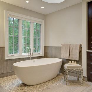 Modern inredning av ett stort en-suite badrum, med släta luckor, skåp i mörkt trä, marmorbänkskiva, grå kakel, porslinskakel, ett fristående badkar, en toalettstol med hel cisternkåpa, ett undermonterad handfat, grå väggar, klinkergolv i porslin, en hörndusch, beiget golv och dusch med gångjärnsdörr
