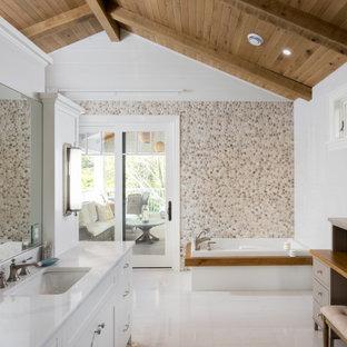 Свежая идея для дизайна: ванная комната в морском стиле с фасадами в стиле шейкер, белыми фасадами, накладной ванной, бежевой плиткой, белой плиткой, белыми стенами, врезной раковиной, белым полом, белой столешницей, тумбой под одну раковину, напольной тумбой, балками на потолке, сводчатым потолком, деревянным потолком и стенами из вагонки - отличное фото интерьера