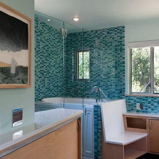 Foto di una stanza da bagno padronale minimal di medie dimensioni con lavabo sottopiano, ante lisce, ante in legno chiaro, top in quarzo composito, doccia a filo pavimento, WC monopezzo, piastrelle blu, piastrelle di vetro, pareti blu, pavimento in cemento e vasca giapponese