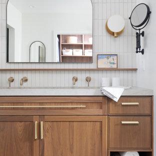 Idee per una grande stanza da bagno padronale minimalista con ante in stile shaker, ante in legno scuro, WC monopezzo, piastrelle grigie, pareti bianche, lavabo sottopiano, top in quarzo composito, pavimento grigio, porta doccia a battente, top grigio, panca da doccia, un lavabo e mobile bagno incassato